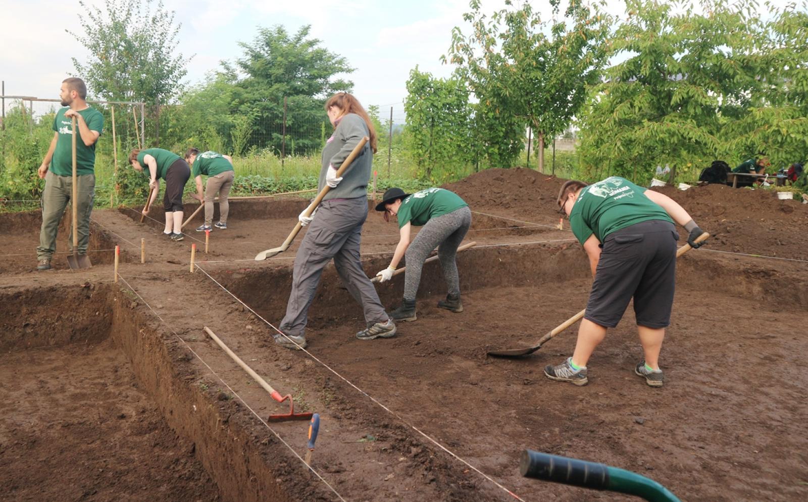 東欧ルーマニアで遺跡発掘作業にあたる高校生の考古学ボランティア